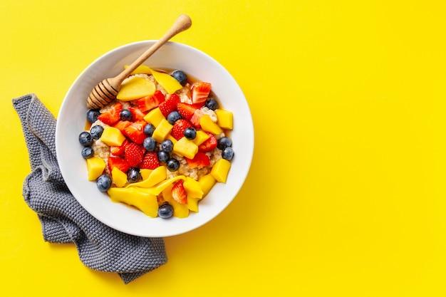 Домашняя каша с фруктами и ягодами