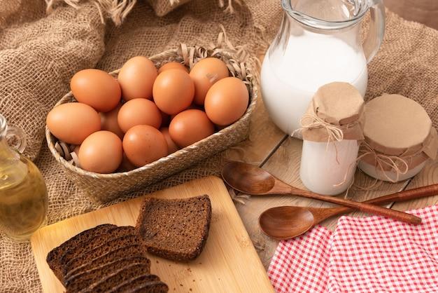 自家製製品、卵、パン、牛乳、サワークリーム。