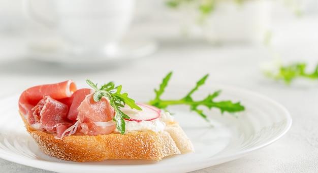Домашний тост с прошутто со сливочным сыром и рукколой