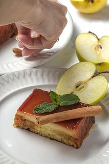Домашний пудинг из свежих и полезных яблок на мраморном столе