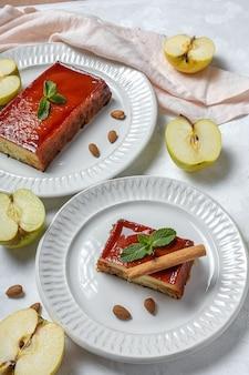 Домашний пудинг из свежих и полезных яблок на мраморе
