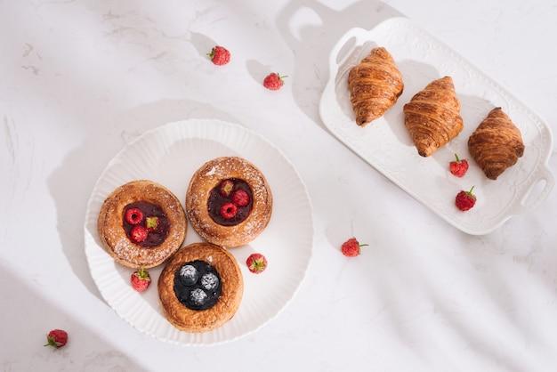 나무 딸기와 함께 만든 퍼프 페이스 트리. 달콤한 맛있는 디저트.