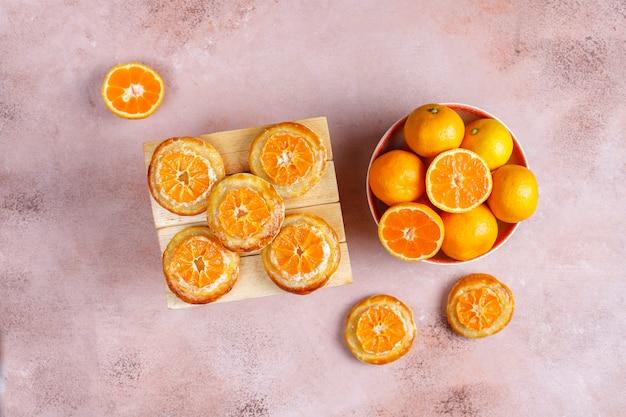 Домашнее слоеное тесто с дольками мандарина.