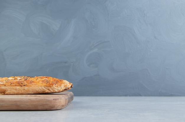 Pasta sfoglia fatta in casa su tavola di legno.