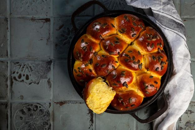 Домашний французский хлеб бриошь из тыквы с семечками и кухонной тряпкой