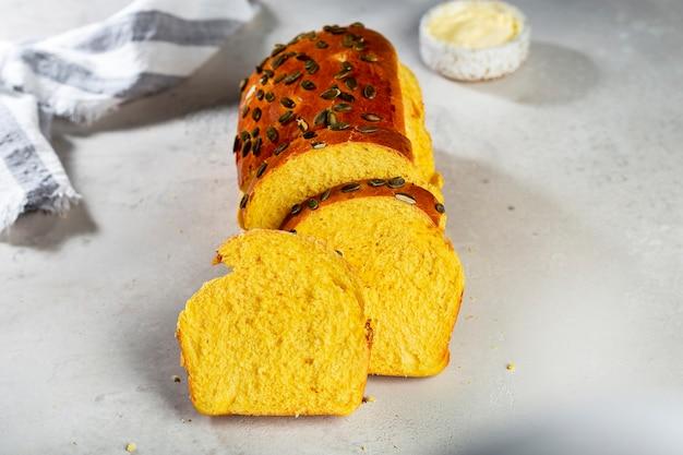 Домашний французский хлеб бриошь из тыквы с семечками на завтрак