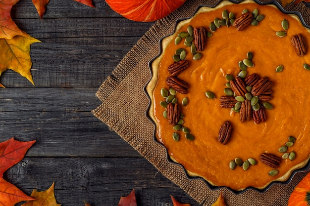추수 감사절에 집에서 만드는 호박 파이.