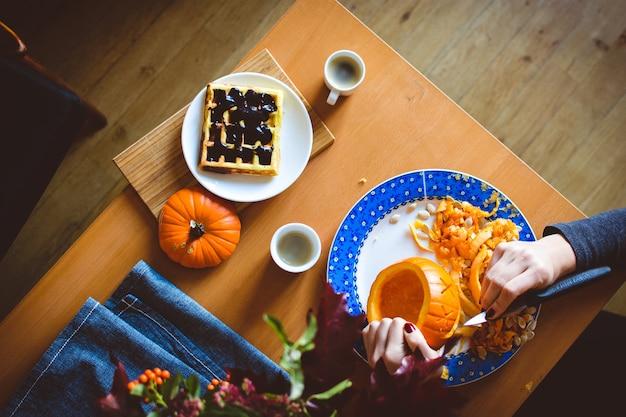 Домашняя тыквенная вафли с темным шоколадным соусом