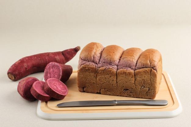 일본 자색고구마로 천연색소로 만든 수제 자색빵. 건강한 다이어트 빵집에 대한 개념, 흰색 배경에 텍스트 또는 레시피 복사 공간