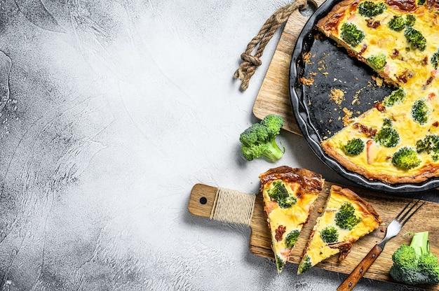 붉은 물고기와 브로콜리를 곁들인 수제 키시 타르트. .