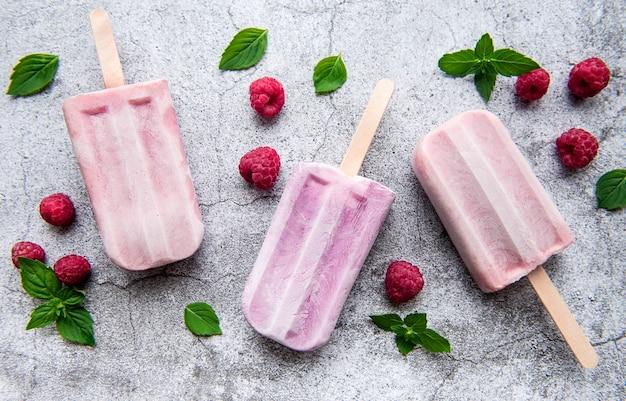 Домашнее малиновое мороженое и свежая малина. летняя еда.
