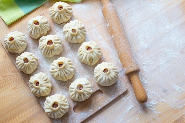 나무 보드에 다진 고기로 만든 원시 쥐 가오리. 전통적인 동양 요리.