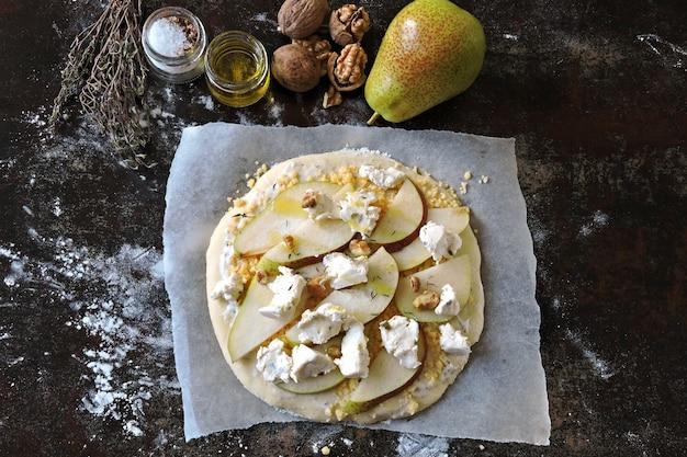梨、チーズ、クルミの自家製生ピザ。