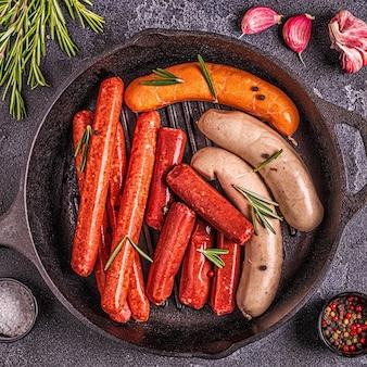 Домашняя сырая колбаса для гриля, вид сверху