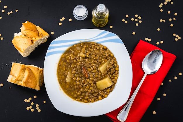 완성 된 스페인 렌즈 콩 요리의 수제 레시피, 빵과 함께 먹을 준비가되었습니다.