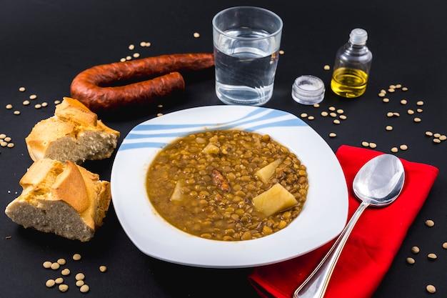 완성 된 스페인 렌즈 콩 요리의 수제 레시피