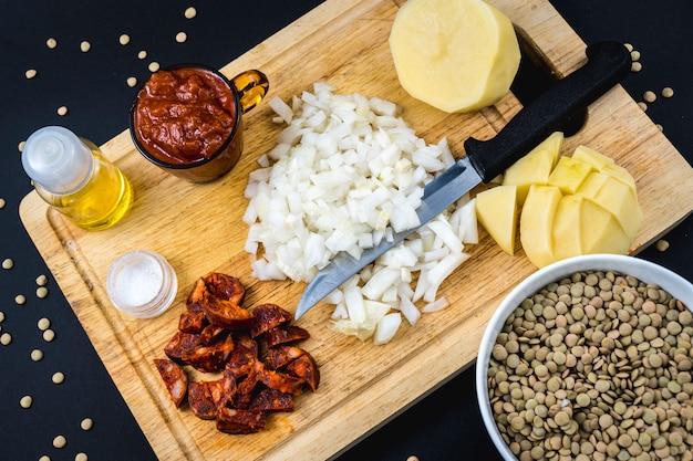 스페인 렌즈 콩 요리의 수제 레시피