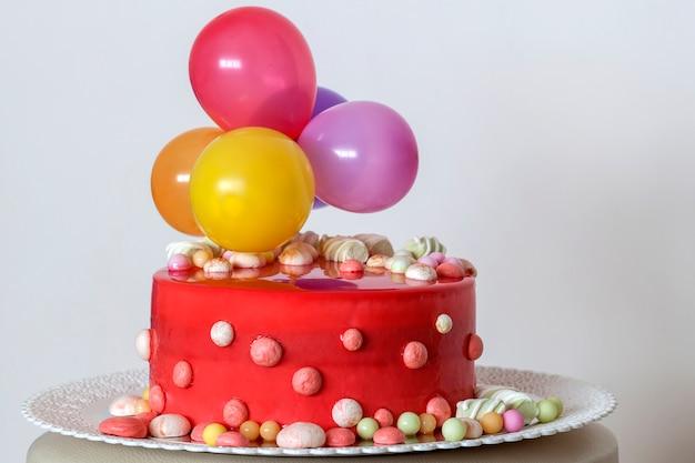 Домашний красный праздничный торт с воздушными шариками