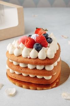 발렌타인 데이를위한 하트 모양의 홈 메이드 레드 벨벳 케이크