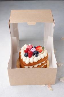 聖バレンタインの日にハート型の自家製赤いビロードのケーキ