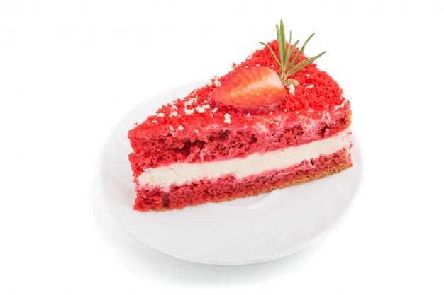 Домашний красный бархатный торт с молоком крем и клубника, изолированные на белом фоне. вид сбоку.