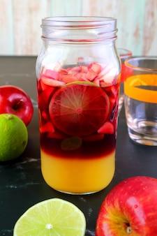 混ぜる前にグラスボトルに入った自家製赤ワインサングリア
