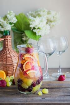 自家製のさわやかなフルーツサングリアまたはシャンパン、イチゴ、オレンジ、ブドウのパンチ