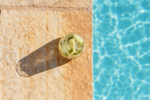 Домашний освежающий коктейль мохито в высоком стакане