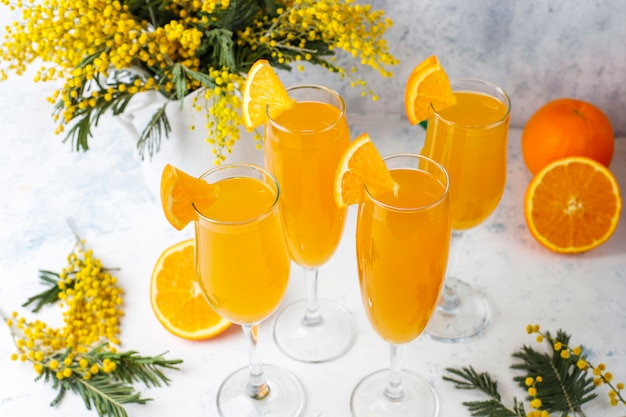 Mimosa arancione rinfrescante cocktail fatti in casa con champaigne