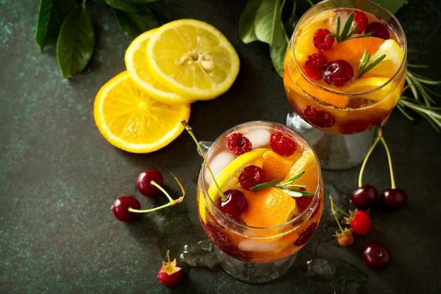 신선한 과일을 곁들인 홈메이드 와인 상그리아 또는 과일 펀치 샹그리아 칵테일