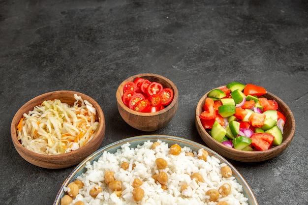 Piatto di riso fatto in casa e insalata salutare