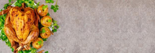 キャラメルアップルとクローバーの葉を添えた自家製ローストターキー。感謝祭。