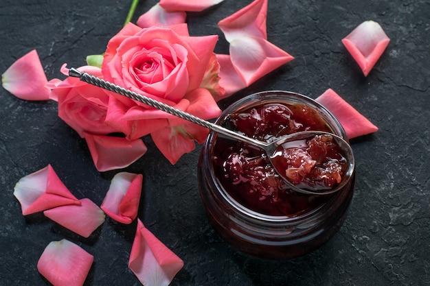 Домашнее варенье из лепестков роз на черной поверхности