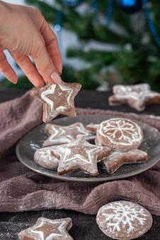 수제 원형과 별 모양의 어두운 냅킨에 크리스마스 진저 브레드