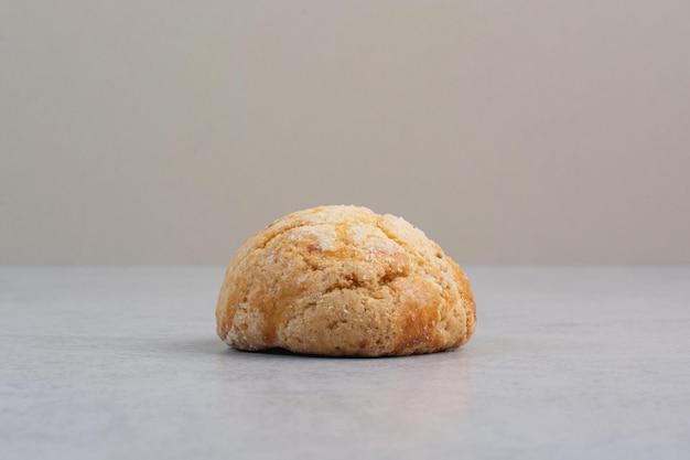 Biscotto rotondo fatto in casa su sfondo grigio. foto di alta qualità