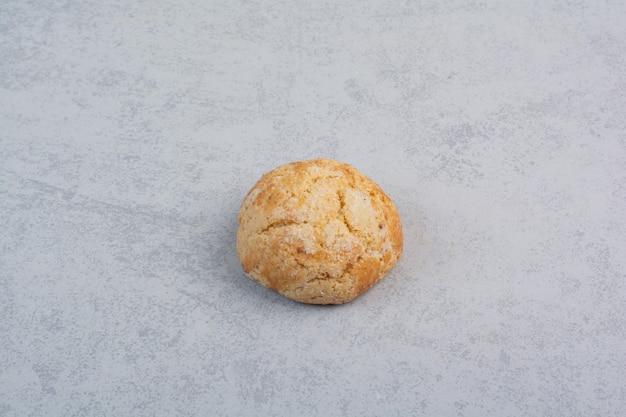 灰色の背景に自家製の丸いクッキー