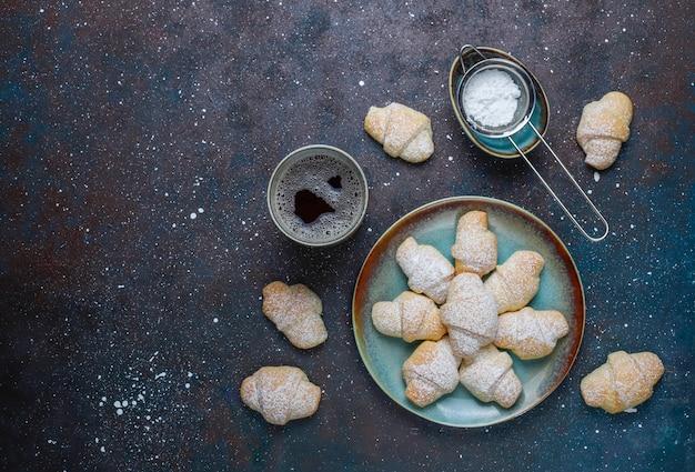 Ругелах домашнего приготовления с начинкой из варенья, вид сверху