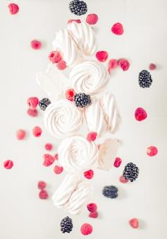 흰색 콘크리트 배경에 사과, 라즈베리, 블랙 베리로 만든 수제 러시아 제퍼