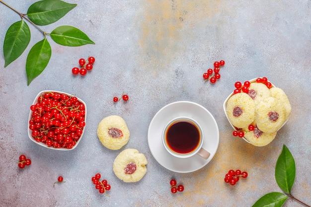 Домашнее печенье из красной смородины с кокосовой начинкой