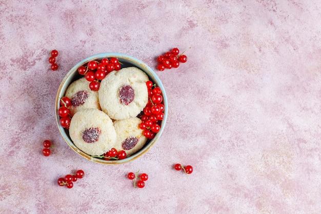 自家製の素朴な赤スグリのジャム、クッキーにココナッツを充填