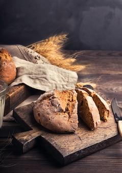 木製のまな板にコリアンダーシードを添えた自家製の素朴なライ麦パン。