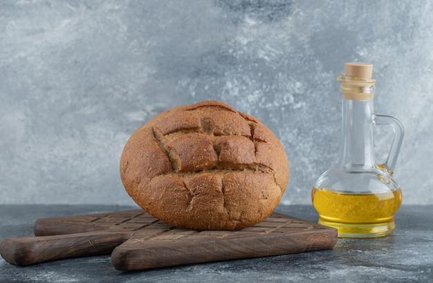 木の板に油を塗った自家製ライ麦パン。高品質の写真