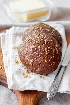 木の板にリンシード、ゴマ、白のケシの実と自家製ライ麦パン