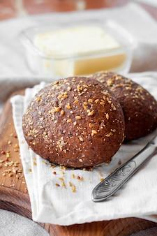 木の板に亜麻仁、ゴマ、白いケシの実が入った自家製ライ麦パン