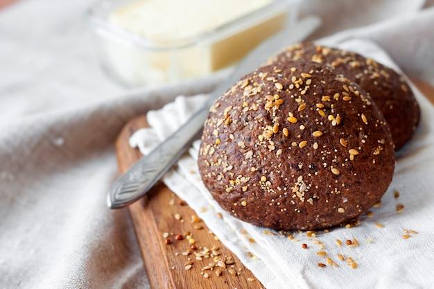 아마씨, 참깨, 흰 양귀비 씨앗으로 만든 호밀 빵