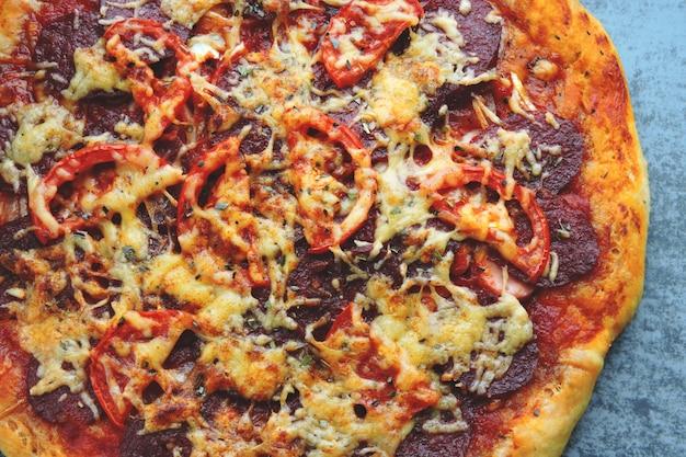 自家製サラミのピザ。