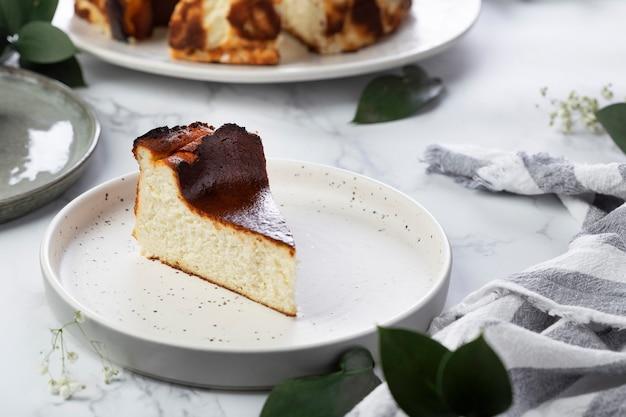 クリームチーズとバニラを添えた自家製サンセバスチャンバスクチーズケーキ
