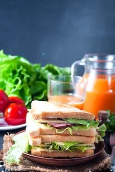 Домашний сэндвич с салатом