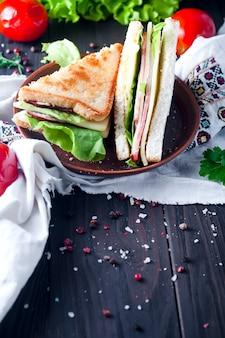Домашний сэндвич с салатом и соком в качестве здорового завтрака