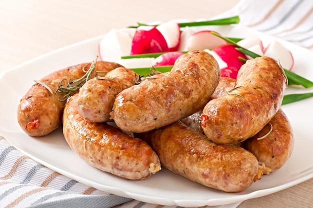 Домашние колбаски, запеченные в духовке и салате